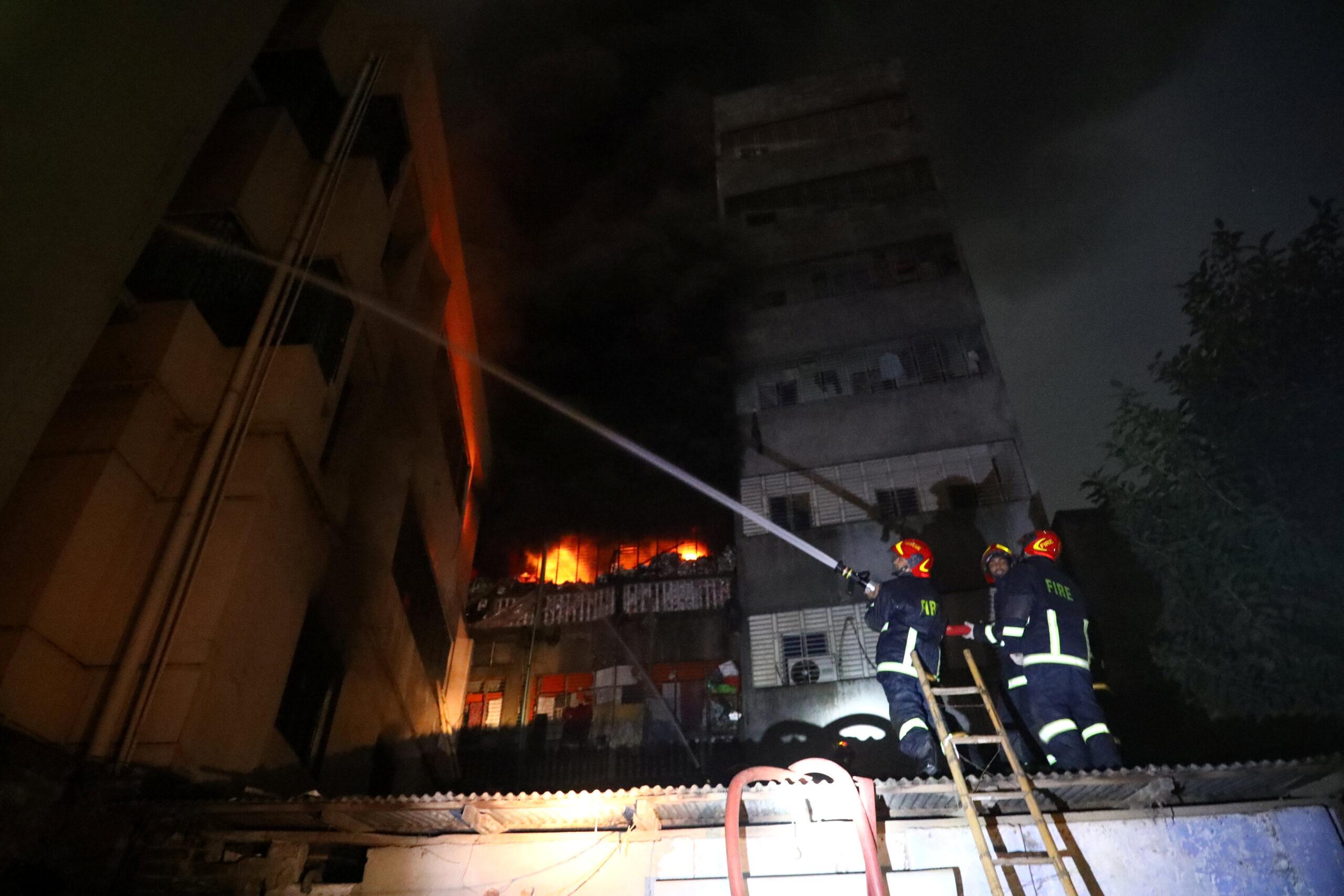 حريق هائل في دكا القديمة يخلف 77 قتيلا -إسلامي ميديا